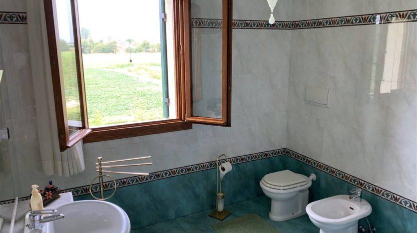 bagno finestrato villa con piscina