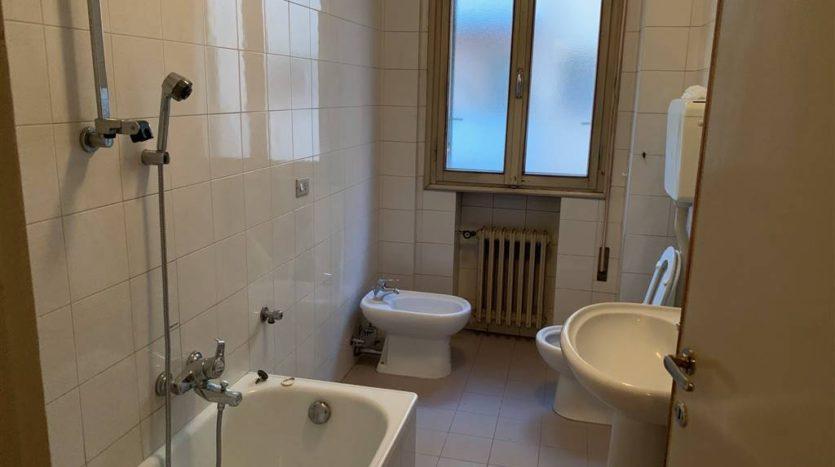 bagno finestrato senza arredo appartamento Mestre centralissimo