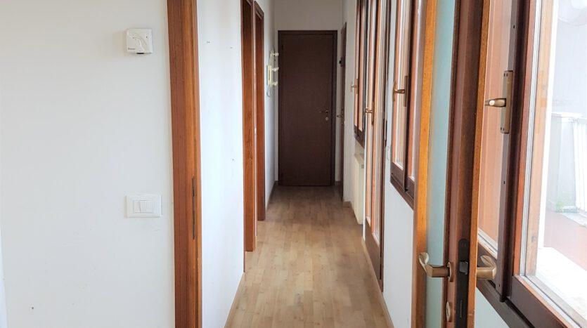 corridoio interno appartamento Mestre via Torre Belfredo