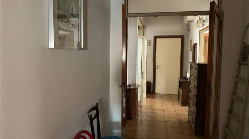corridoio con vista porta d'ingresso con arredo appartamento Mestre Centralissimo