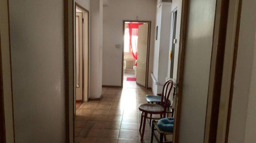 corridoio arredato con visione bagno finestrato appartamento Mestre Centralissimo