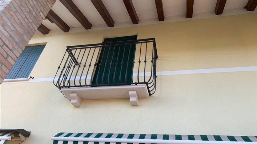 particolare dell'esterno della villa con piscina