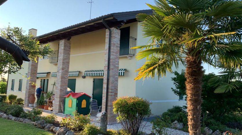 lato portico villa con piscina