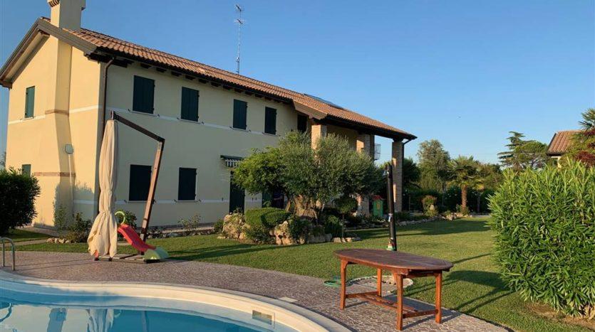 vista del casale dalla piscina della villa con piscina