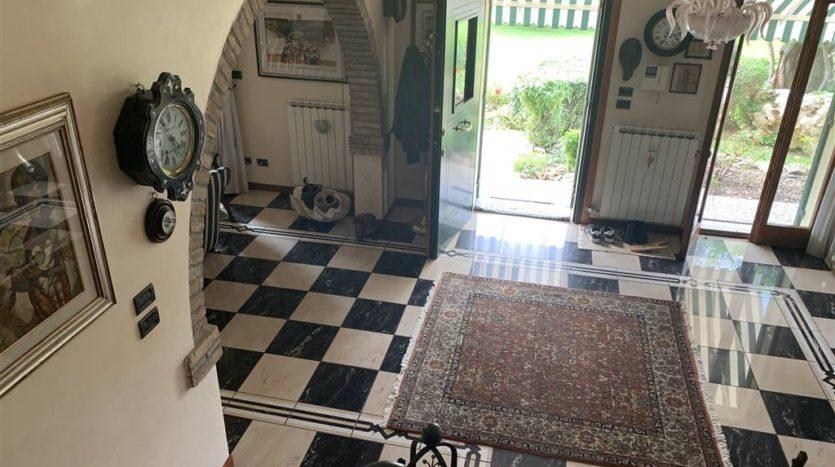 vista dell'ingresso dall'alto, fotografia fatta dal vano scale della villa con piscina