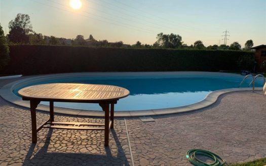 vista della piscina al tramonto della villa con piscina