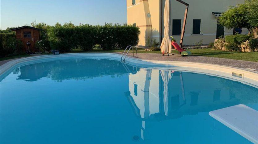 altra fotografia della piscina della villa con piscina