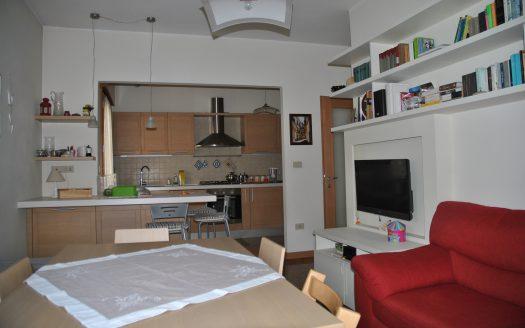 soggiorno con vista cucina appartamento a Mogliano Veneto centro